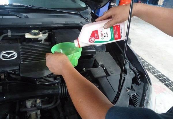 Tiến hành kiểm tra hệ thống ống dẫn dầu thắng ở dưới gầm xe ô tô
